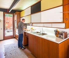 midcentury modern: Craig Ellwood-designed Bobertz House in San Diego, California, USA (C) Darren Bradley Mid Century Decor, Mid Century House, Mid Century Design, Mid-century Interior, Kitchen Interior, Kitchen Decor, Kitchen Ideas, Midcentury Modern, Danish Modern