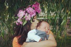 Tina Solonaru sunt eu şi, aşa cum bine aţi intuit, sunt mamă, ba nu, scuzaţi! sunt de două ori mamă, iar în această rubrică de tip jurnal mi-am propus să share-uiesc lecţii de maternitate trăite, experimentate, învăţate – ale mele şi nu numai.
