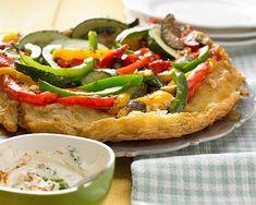Dieser Gemüsekuchen funktioniert wie eine Tarte Tatin: In die Tarte-Form kommen zuerst Paprika, Aubergine und Zucchini, danach der Blätterteig. Und nach dem Backen wird das Ganze gestürzt. Zum Rezept: Umgedrehter Gemüsekuchen