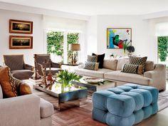 Un puf al nivel del sofá En altura, pero también en diseño. Lo sugiere Luis Puerta y nos gusta por sus formas y el tapizado de Lantero Decoración, que da luminosidad.