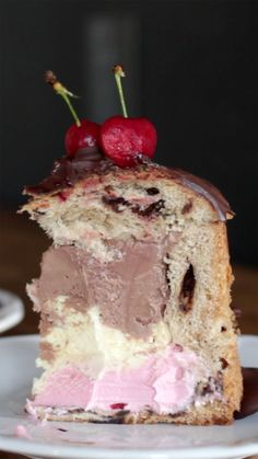 Recipe with video instructions: Italian Panettone stuffed with ice cream makes the perfect spring dessert. Ingredients: 1 chocotone, 8 cups of neapolitan ice cream, ounces of dark. Spring Desserts, Christmas Desserts, Biscuit Spread, Graduation Desserts, Panna Cotta, White Chocolate Recipes, Cake Recipes, Dessert Recipes, Sorbets