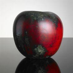 HANS HEDBERG, skulptur, Biot, Frankrike, i form av ett äpple, starkeldsfajans, glasyr i rött och grönt med inslag av svart, signerad HHg, höjd 18 cm