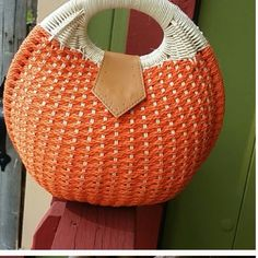 ❤️❤️☀️☀️NWOT Orange Wicker Handbag ❤️❤️☀️☀️ ❤️❤️☀️☀️NWOT Orange Wicker Handbag price is firm  Dimension is 91/2 Bags
