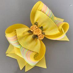 """Linda Laços on Instagram: """"Mais um modelo disponível 🎀 Ficou um luxo! Eu amei! . ✨Você pode fazer seu pedido pelo direct ou WhatsApp 📲 É só clicar no link que está na…"""" Baby Girl Hair Bows, Diy Hair Bows, Diy Bow, Diy Ribbon, Baby Bows, Ribbon Bows, Baby Headbands, Ribbons, Ribbon Bow Tutorial"""