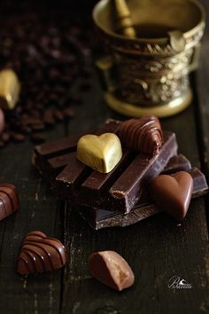 Chocolate bonbons with coffee, cinnamon and almond Chocolate Bonbon, Cadbury Chocolate, Chocolate Dreams, Chocolate Candy Molds, I Love Chocolate, Chocolate Shop, Chocolate Coffee, Chocolate Lovers, Chocolate Desserts