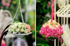 23 arranjos de flores para deixar qualquer ambiente mais especial: 11- Arranjos suspensos. Aproveite as árvores do local, os suportes para plantas, as estruturas de madeira da varanda ou o varal de teto. Para prender o arranjo, use arame ou fita resistente.