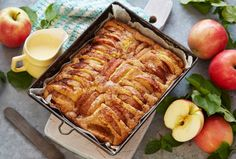 Saftig og myk eplekake i liten langpanne med smak av sitron, kardemomme og…