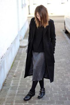 """Les pièces de """"soirée"""" se portent au quotidien comme cette #jupe plissée #argentée #babou à 10€. Yuliya"""