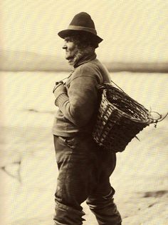 ''Cud'' Colley - A Whitby Fisherman - North Yorkshire - England - Late Frank Sutcliffe Victorian London, Victorian Photos, Victorian Era, Vintage Photographs, Vintage Images, Vintage Men, Old Pictures, Old Photos, Yorkshire England
