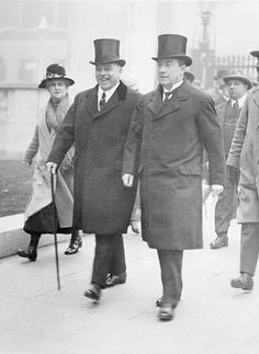 British Prime Minister Stanley Baldwin (right) and his Canadian counterpart William Lyon Mackenzie King (left), 1926 Roaring Twenties, The Twenties, British History, Art History, Uk Culture, First Prime Minister, Edward Viii, British Prime Ministers, Historian