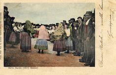 La cartolina, spedita nel 1903, rappresenta un gruppo di Ittiri nel costume quotidiano mentre balla il ballo tondo.