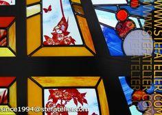 """gros plan sur le meuble vitrail vitrine """"Meuble A"""" création de Stef de Stef Atelier vitrail"""
