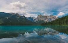Дикая природа, чистая вода, горы, озеро