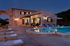 chalet tipo villa blanco con piscina y tejado azul - Buscar con Google