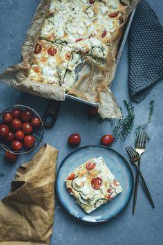 Rezept für Sommer-Frittata mit Zucchini, Tomaten und Feta | perfekt für die schnelle Feierabendküche im Sommer | moeyskitchen.com #frittata #omelette #quiche #sommerrezept #rezept #kochen #lowcarb #lunch #dinner #mealprep Summer Recipes, Zucchini, Spicy, Food And Drink, Cheese, Snacks, Baking, Omelette, Quiche