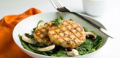 Hambúrguer de salmão com quinoa na cama de espinafre