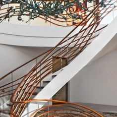 www.trabczynski.com  ST690 Policzkowe schody gięte wykonane z drewna Bodo i malowanego dębu. Balustrada z falujących elementów drewnianych. Realizacja wykonana w prywatnej rezydencji , projekt – TRĄBCZYŃSKI