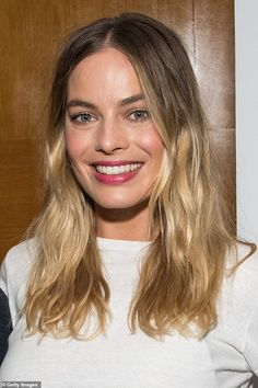Margot Robbie Ombre Hair - Margot Robbie sported casual ombre waves at the Australians in Film screening of 'Once Upon a Time in Hollywood. Atriz Margot Robbie, Margot Robbie Style, Margot Elise Robbie, Actress Margot Robbie, Alexandra Dadario, Long Asymmetrical Bob, French Twist Hair, Her Cut, Long Layered Hair