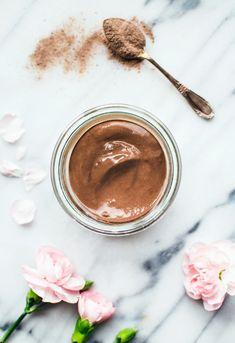 [ Ansiktsmask med rasullera ] Djuprengörande, detoxande, avlägsnar döda hudceller & tillför mineraler | 1 msk rasullera i pulverform / 1½ msk vatten (el rosenblomshydrolat) / ½ msk honung (kan uteslutas) | Rör samman vatten + honung i en liten skål. Tillsätt rasulleran, lite i taget, rör hela tiden. Häll i mer vatten för en tunnare konsistens och mer lerpulver för tjockare konsistens. Lägg på rengjord hud, låt sitta ca 10 min. Skölj med ljummet vatten. Smörj in med ansiktskräm.