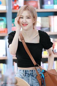 Find BlackPink Clothes for an affordable price Divas, Foto Rose, Rose And Rosie, Rose Park, 1 Rose, Kim Jisoo, Black Pink Kpop, Blackpink Photos, Blackpink Fashion