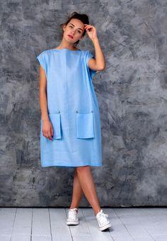 Лаконичное льняное платье-туника свободного кроясо съемными карманами, горловиной лодочкой и пуговицами на спинке.Прекрасно подойдет на жаркие дни как для шумного города, так и для удаленных экзотических курортов. Платье можно носить как с карманами, так и без. В комплекте: 2 однотонных съемных кармана и 1 с вышивкой в подарок. Дополнительно можно подобрать съемные карманы другого цвета …
