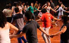 """Curso de Teatro da UFU oferece oficinas de teatro  - Página Cultural - São oferecidas cerca de 150 vagas atendendo a crianças, jovens, adolescente, adultos, idosos. As oficinas culminam no evento denominado de """"Encontrão"""", um momento de compartilhamento entre as turmas, nos quais são apresentados seus processos e resultados artísticos para a comunidade."""