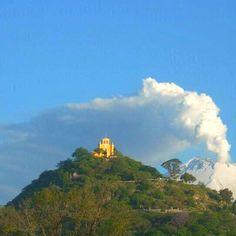 Cholula: encima de la pirámide la Iglesia de los Remedios y de fondo el volcán POPOCATEPETL