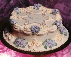 Original pinner: Second class Lambeth cake - This is the other cake we made in the lambeth class I took. 250 violets, all royal icing. Pretty Birthday Cakes, Pretty Cakes, Beautiful Cakes, Amazing Cakes, Royal Icing Cakes, Buttercream Cake, Fondant Cakes, Cupcakes, Cupcake Cakes