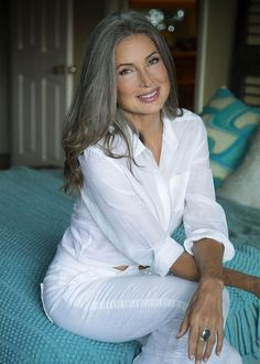 Jane Sanguinetti - pretty hair and makeup for older women. Long Gray Hair, Grey Wig, Peinados Pin Up, Beautiful Old Woman, Corte Y Color, Ageless Beauty, Going Gray, Hair Shampoo, Human Hair Extensions