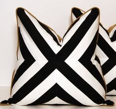 Black white gold graphic pillows NEED black & white striped fabric. - Decoration for House Geometric Throws, Gold Pillows, Black Pillows, Gold Couch, Purple Couch, Gold Desk, Gold Bedroom, Bedroom Black, Leopard Bedroom