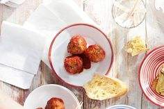 Spaanse gehaktballetjes in pittige tomatensaus (albondigas) Appetizer Recipes, Snack Recipes, Appetizers, Healthy Recipes, Fish And Meat, Dutch Recipes, Everyday Food, Party Snacks, Food To Make