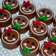 Chocolate covered oreo gingerbread boys and girls Christmas Cake Pops, Christmas Deserts, Christmas Chocolate, Noel Christmas, Christmas Baking, Christmas Cookies, Xmas, Chocolate Covered Treats, Chocolate Dipped Oreos