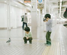 Osaka, Japan-based photographer/web designer Hideaki Hamada shoots his curiously cute boys, Haru and Mina, as they make their way through life. Asian Kids, Asian Babies, Asian Child, Korean Babies, Cute Kids, Cute Babies, Baby Kids, Funny Photography, Children Photography