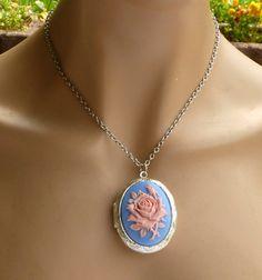 Kamee Medaillon Halskette mit Rose in blau rosa von Schmucktruhe