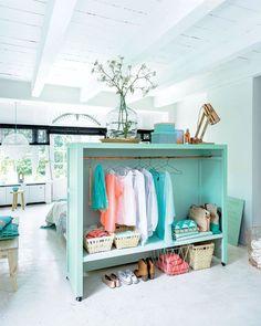 Envie de rangement dans la chambre ? Voilà un DIY qui vous permettra à la fois de créer un espace dressing tout en ayant une tête de lit originale. La bonne idée, c'est de mettre la structure sur rou