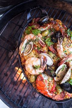 Try this delicious grilled seafood paella when you can't decide between chorizo and seafood: 15 Grill Recipes That Will Take You Straight To Meat Heaven Grilling Recipes, Fish Recipes, Seafood Recipes, Cooking Recipes, Healthy Grilling, Seafood Paella Recipe, Recipes Dinner, Meat Recipes, Grilled Paella Recipe