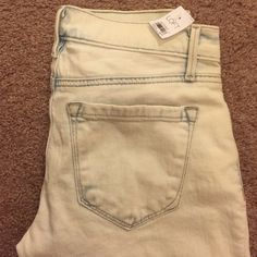NWT Loft Whitewash Relaxed Skinny Jeans!!☺️💕 Brand New with tags! Whitewash Loft Relaxed Skinny Jeans & size 25. 🌺 Inseam measures 30. Great condition, never worn!!👍🏻🎉 LOFT Jeans Skinny