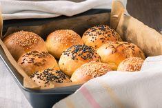 Előfordul, hogy elszámoljuk magunkat és vasárnapraelfogy otthon a kenyér, pedig mi pont ennénk egy szendvicset, nyitott bolt meg sehol. Ilyenkorpersze lehet mást is enni, előrelátóbbak előveszik a lefagyasztott aranytartalékot, de ha mindenképp ragaszkodunk a friss zsömléhez, legjobb ha a…