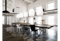 Forte ed emozionante il tavolo di Riva 1920 è alleggerito da un tappeto di piastrelle in cemento disegnate da Paola Navone. Il piano è in legno di Kauri della Nuova Zelanda, vecchio di 42.000 anni, proveniente da una foresta sepolta nella torba, con base su disegno di R. Piano
