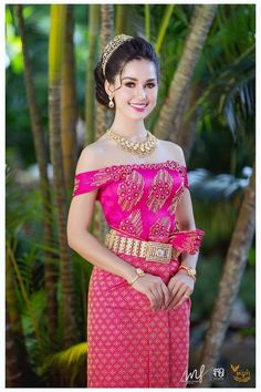 BY bookvl blogspot and look more now! Myanmar Traditional Dress, Thai Traditional Dress, Traditional Fashion, Traditional Outfits, Beautiful Women Pictures, Beautiful Asian Women, Culture Clothing, Khmer Wedding, Wedding Costumes