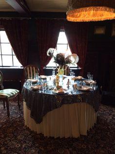 Gatsby wedding. Table for guests with a centerpiece of ostrich feathers and string of crystals. Свадтба Гетсби. Стол для гостей, украденный композицией из страусиных перьев и нитей из страз.