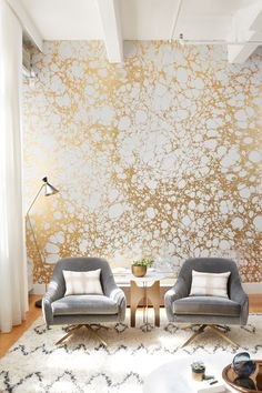 The empty wall is an eye-catcher and makes great wall design modern wallpaper with gold glitter Metallic Wallpaper, Modern Wallpaper, Wall Wallpaper, Designer Wallpaper, Gold Wallpaper Living Room, Interior Wallpaper, Gold Wallpaper Feature Wall, Wallpaper Ideas, Wallpaper With Gold Accents