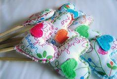 Corações para decoração com inspiração no bordado português lenço dos namorados Sewing, Portugal, Handmade, Counting, Wands, Parties Decorations, Boyfriends, Crafts, Centre