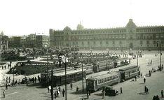 Cerramos esta serie con una foto del Zócalo en el año de 1930. Los tranvías son los mismos, pero los edificios de las estaciones terminales han desaparecido. Por otra parte, el Palacio Nacional tiene ahora 3 niveles, obra que fue concluida en 1926.