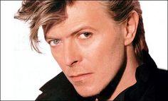 """Le chanteur britannique David Bowie est mort dimanche, le 10 janvier 2016, il était âgé de 69 ans.  Artiste qui s'est démarqué par son originalité, ses innovations et son importante influence dans le milieu musical.   Deux jours avant sa mort, parraissait son 25e et dernier album """"Blackstar""""."""
