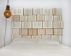 Cabecero de cama hecho con libros viejos.