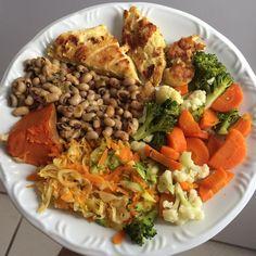 Enquanto a minha irmã e a minha mãe querida atacam o brownie que ajudei elas a fazer ontem, eu fico no meu almocinho de sábado no colorido de sempre - frango, feijão, abóbora, abobrinha, cenoura, repolho, brócolis e couve flor 😋💕 #smarc66