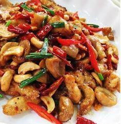 Thai Stir-fry Recipe: Savory Chicken with Cashew Nuts Thai Recipes, Asian Recipes, Chicken Recipes, Dinner Recipes, Cooking Recipes, Healthy Recipes, Thai Stir Fry, Asian Cooking, Food Dishes