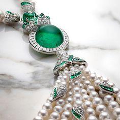 BVLGARI. {Close up} FESTA Collection. Collier - platine, 1 émeraude de Colombie taille cabochon (26,10 carats), 1 diamant (1,01 carat), 12 perles d'émeraude (41,98 carats), 176 émeraudes taille suiffée (8,01 carats), 116 perles de culture des mers du Sud et Akoya, diamants (14,13 carats) #Bvlgari #FestaCollection #2017 #Emeraude #PerleDeCulture #Diamond