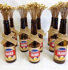Lindo Arranjo de Mesa para Festa Boteco. Feito com garrafa de cerveja tipo long neck, sempre viva e etiqueta personalizada. Fazemos em vários logos de cerveja. Altura do arranjo de 25 a 30 cm.